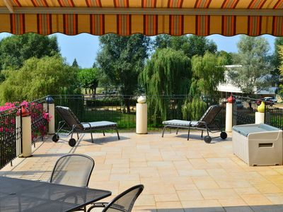 Chez Dix-Neuf, Spacious town house with large sunny terrace.