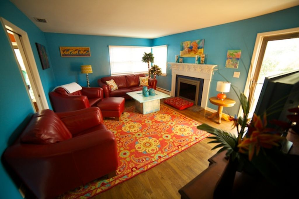 Cozy dog friendly duplex at the north end vrbo for Living room north end