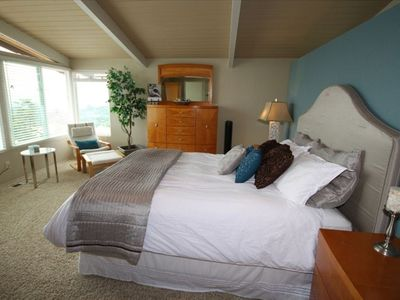 Large Master bedroom with views of Ocean/Bay and fireworks from Sea World.