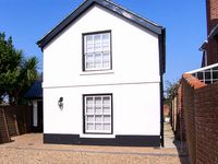 COACH HOUSE, family friendly, with a garden in Gosport, Ref 916965