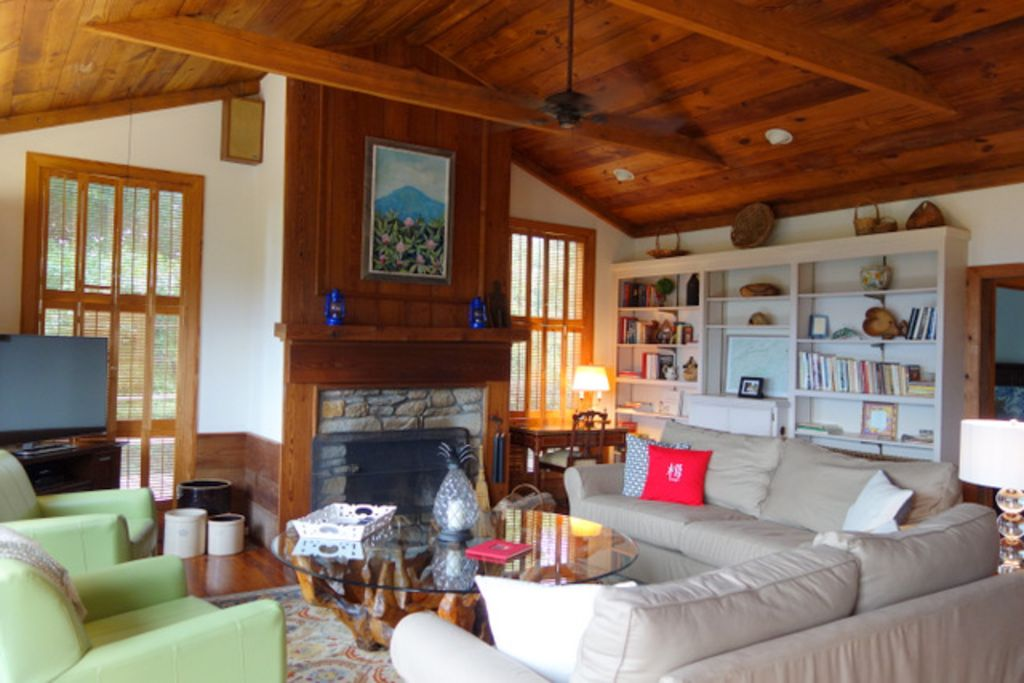 Stunning BR Pkwy Views, Historic Log Cabins, Private Lrg Yard, Wineries, Fishing