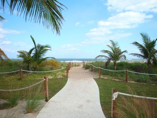 Pompano Beach villa photo - The walkway to the beach is impeccably maintained.