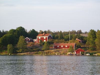 In the middle of the archipelago, right on the water, you find the idyllic courtyard Udda Gård