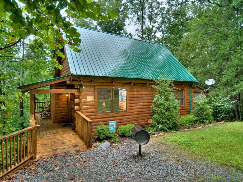 Private log cabin 1 3 miles from downtown vrbo for Privately owned cabins in the smoky mountains