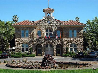 Sonoma City Hall in Sonoma Plaza. Photo by Cory Maylett (GNU Free Doc License)