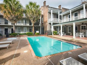 GARDEN DISTRICT GEM FOR 4. POOL, HOT TUB!