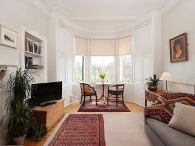 Lovely traditional flat beside park, stunning views, 15 mins to centre