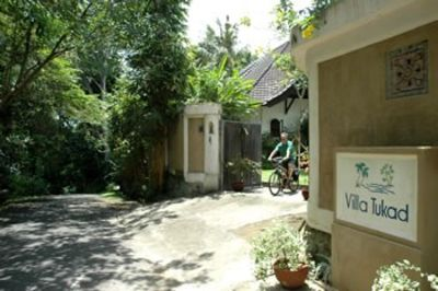 Tumbak Bayuh villa rental - Owner cycling to the beach