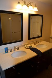 Guest bathroom ample vanities