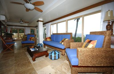 Haleiwa villa rental - Living & dining room facing beach