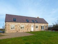 BARMOOR MILL BARN, pet friendly, with a garden in Lowick, Ref 918319