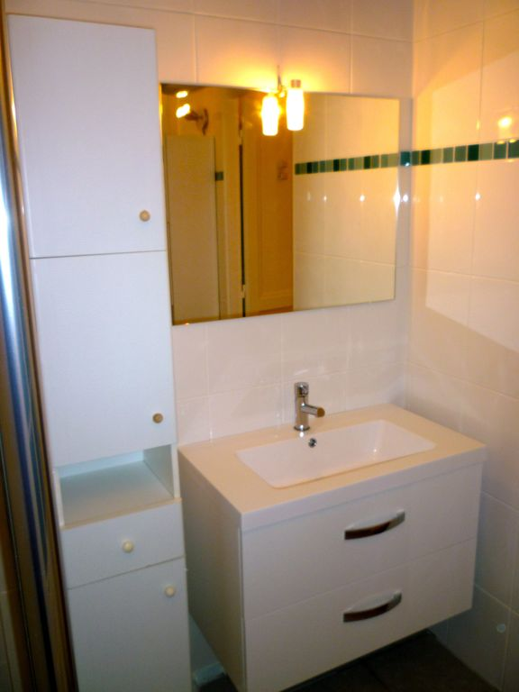 Bathroom Floor 1, washbasin, toilets separated on Floor 1
