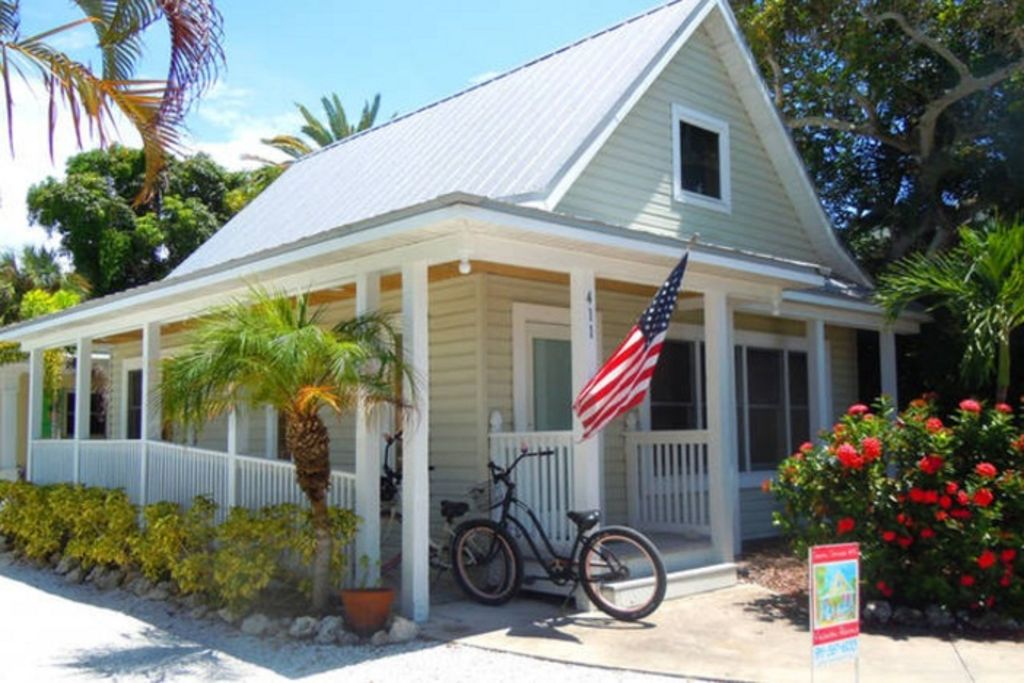 Island place cottage 1br quaint pet friendly vrbo for How to decorate a vacation rental home