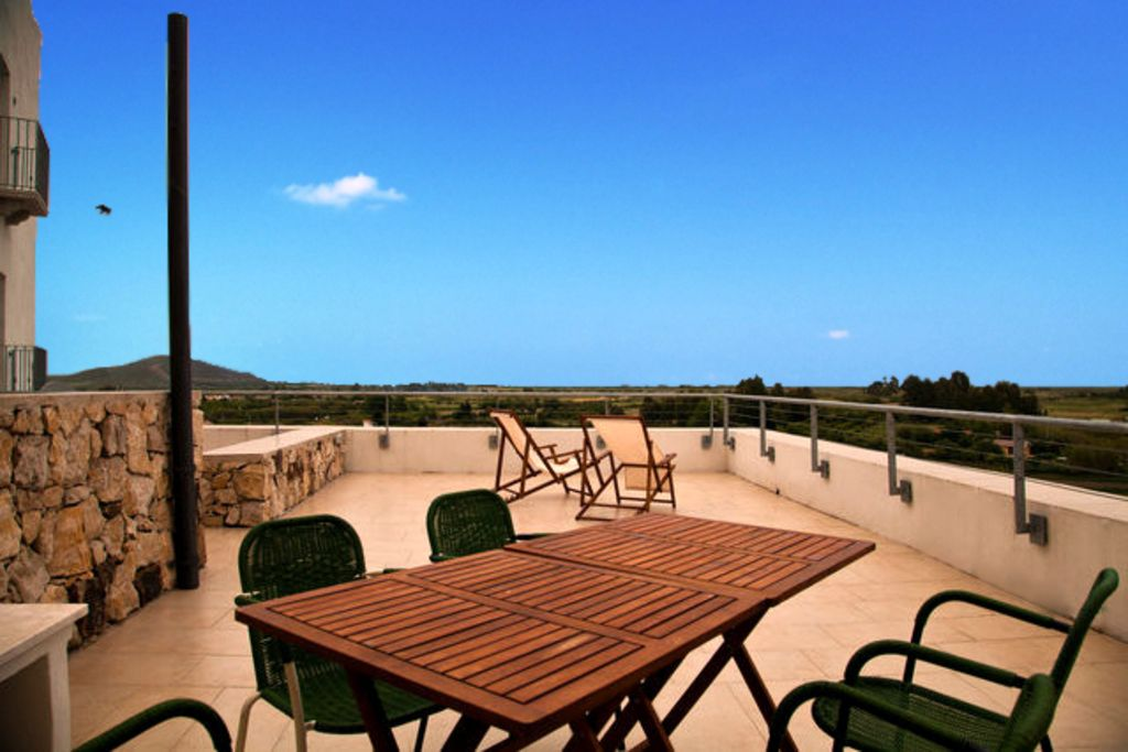 Quiet, panorama roof terrace (70sqm), beach in 15min walking distance