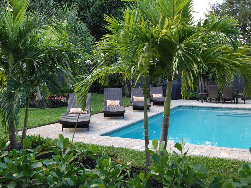 West palm beach holiday house luxurious home and tropical for Water garden pools