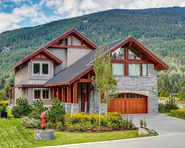 Modern Luxury Home in Whistler (Sleeps 10+)