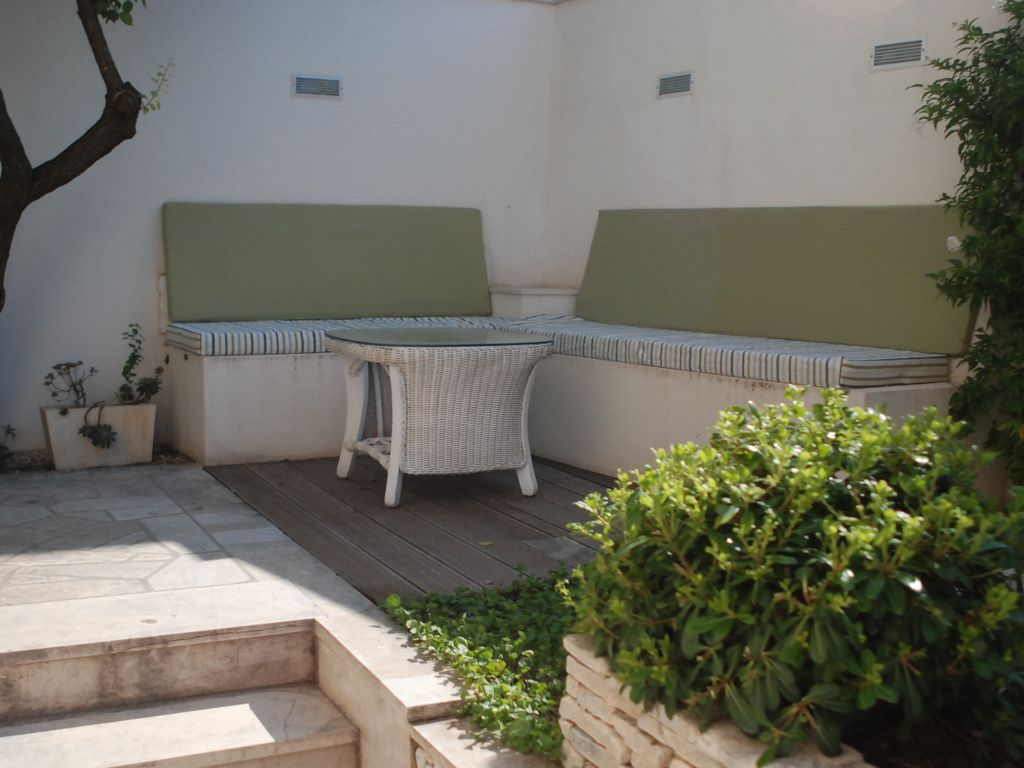 Ideal hideaway in the med spacious 4 bed stone cottage for Stone island bedding