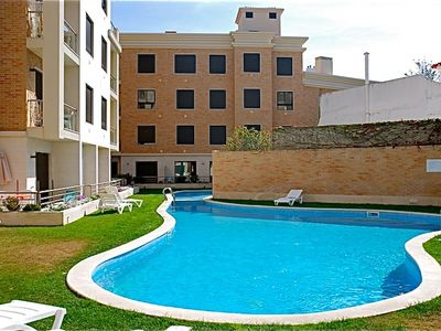 Superb 1-bedroom apartment (sleeps 4) with swimming pool, 150 metres to beach.