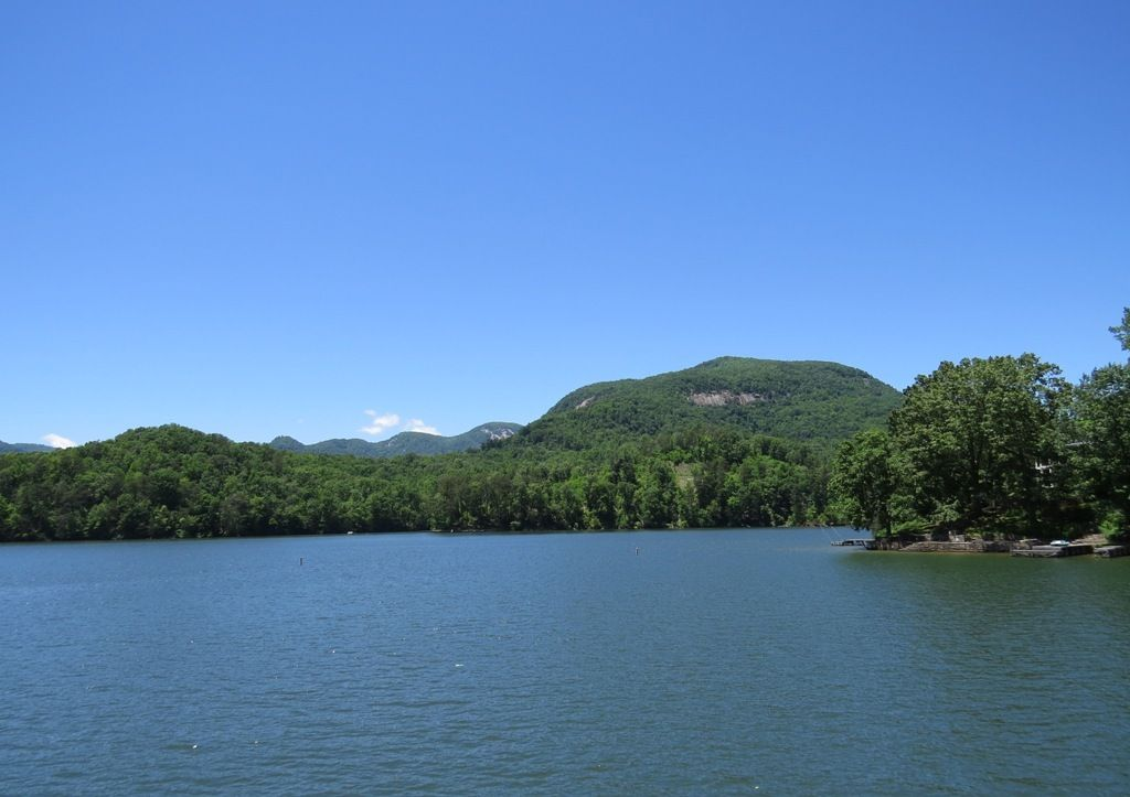 Charming Lake Front Cottage With Gorgeous Mountain Lake Sunset Views!