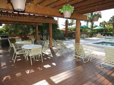 Sanibel Island condo rental - Remodeled barbecue area with two deluxe propane grills