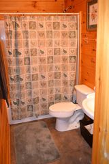 Sevierville cabin photo - Two downstairs bedrooms share this roomy bath