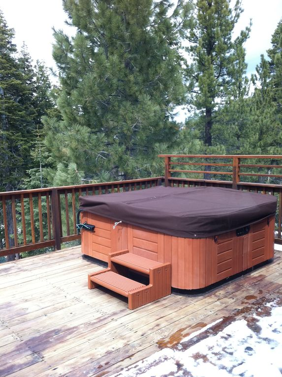 Jacuzzi tub on the Sundeck amoungst the pines(winter)