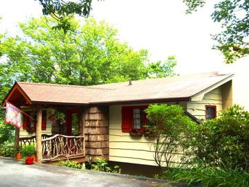 Blowing Rock cottage rental - Front view of cottage. flat driveway w/ parking for up to four vehicles.