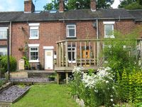 DAISY COTTAGE, family friendly in Cheddleton, Ref 915212