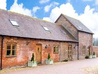 TROOPERS BARN, pet friendly, with hot tub in Westhope, Ref 26471