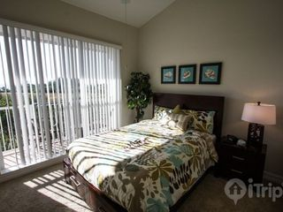 Ruskin townhome photo - Queen bedroom, shared bath