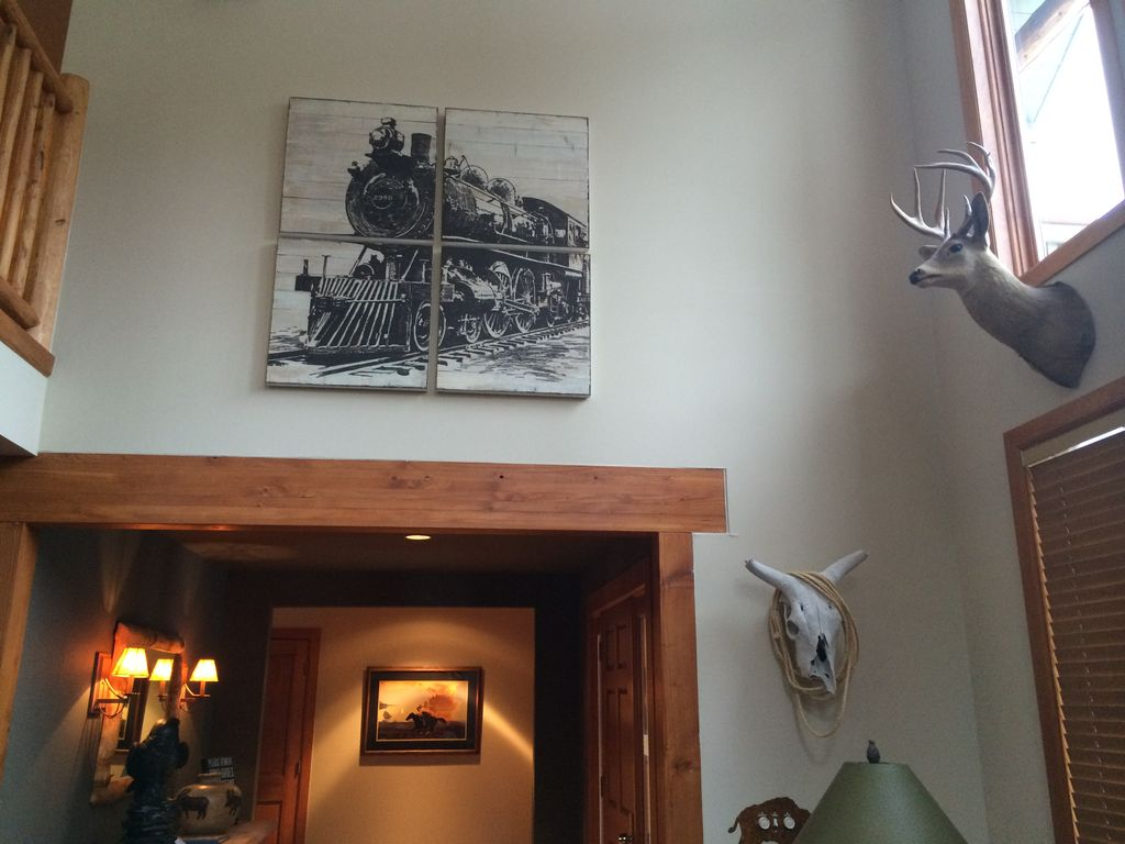 Our lodge is uniquely decorated with paintings, artifacts and sculptures that represent Colorado.