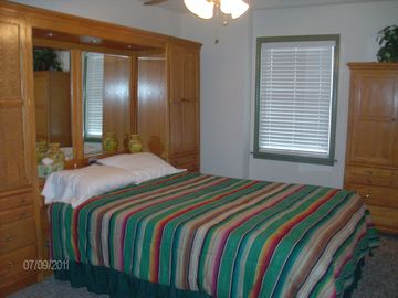 2nd bedroom with queen bed (lower level)
