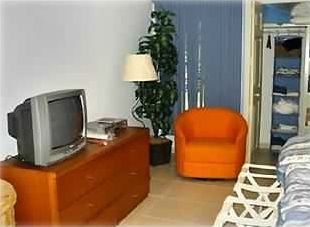 Master Bedrm. sitting area-TV/DVD/VCR ,lug. racks, luxury linens,towels provided