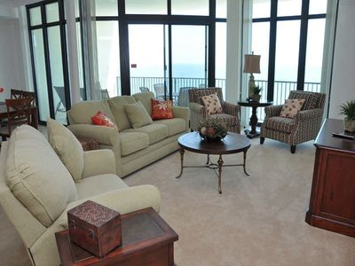 Beautifully furnishing comfortable living room