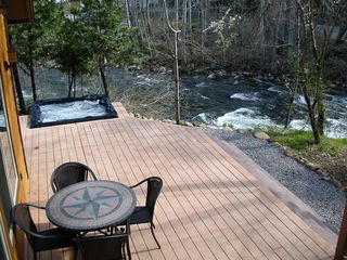 Mount Shasta cabin photo - Hot tub overlooking the river