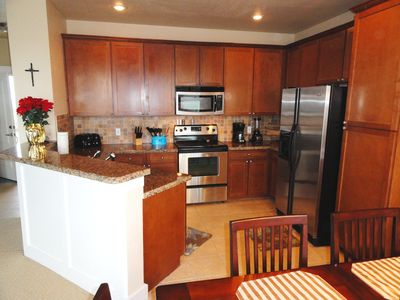 spacious kitchen w/ granite & stainless