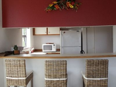 Kailua Kona condo rental - Living room into the kitchen.