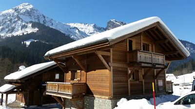 Beautiful, 4 bedroom chalet with nearby restaurant and free ski bus outside