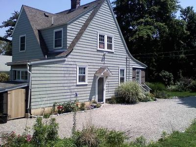 Bright and breezy beach cottage walking distance to restaurants and ice cream!