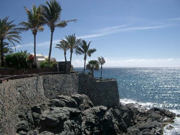 Villa on ledge, 180 degree panoramic views, 1 minute from 2 beaches