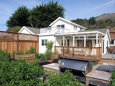 Stinson Beach house rental - Outdoor patio and kitchen island with gas BBQ in fenced yard