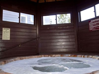 jacuzzi - enclosed, hooks for towels