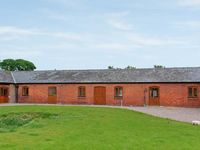 THE GRANARY, family friendly, with hot tub in Alberbury, Ref 15916