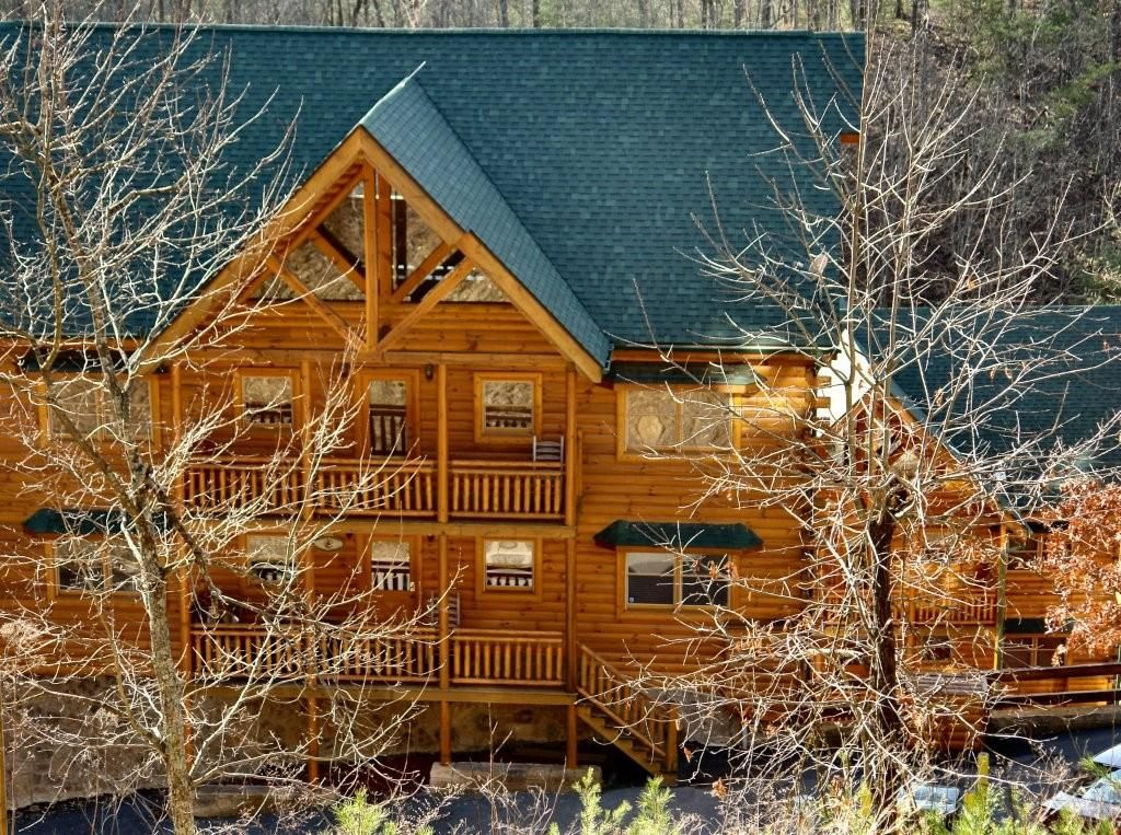 Pigeon foin in wears valley vrbo for Large cabins in pigeon forge tennessee