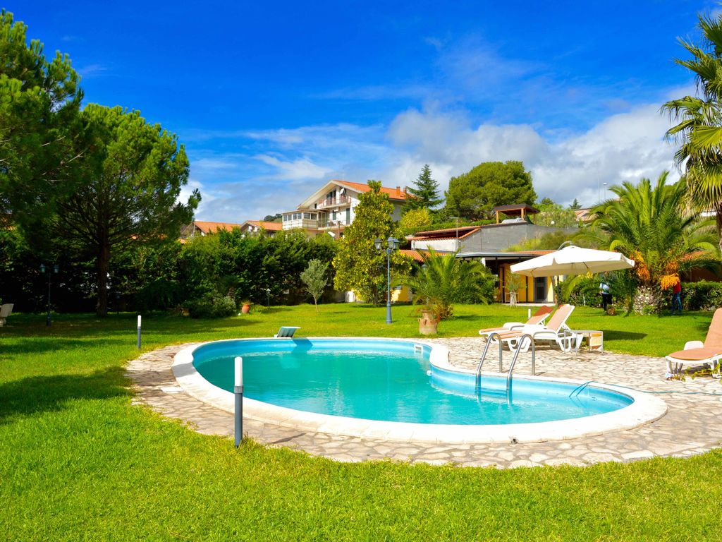 Villa ninfea villa with big garden and pool vrbo for Garden city pool jobs