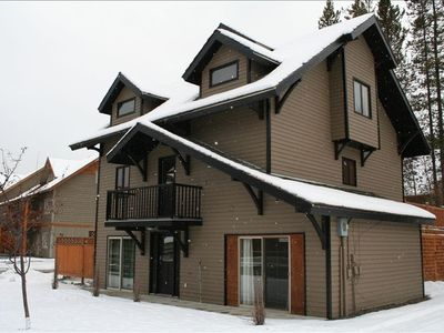 Ski in and Ski out! Golf 500 m, mountain views, Large 2700 sq, 9 Man Hottub HUGE, Games and Billiards Room, Sleep 24