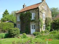 Detached cottage, wood burning stove, 4 poster bed, village pub, great walks