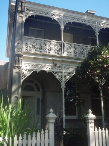 A Grand South Melbourne Terrace less than 1km to CBD with Parking .