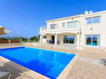 Villa Achilleas Chrystalla: Large Private Pool, Sea Views, A/C, WiFi, Eco-Friendly