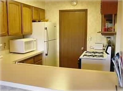 Fully equipped Kitchen. Laundry room behind door.